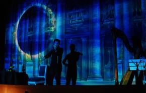 Исторические декорации театра оживают под действием проектора